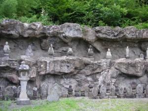 水没を免れるために集められた地蔵・お墓(江戸期以前のお墓もありました)